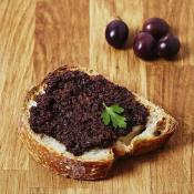 Paté di olive nere in olio extra vergine di oliva Purée d'olives noires à l'huile d'olive extra vier